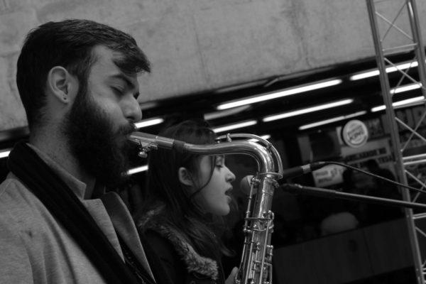1 Concurso de Música de Rua Toca Aí Pátio Metrô São Bento Rafael Reiter e Carol Vicari